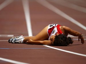 olympics-runner-fall-collapse
