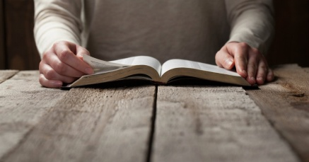 25376-reading_bible-1200